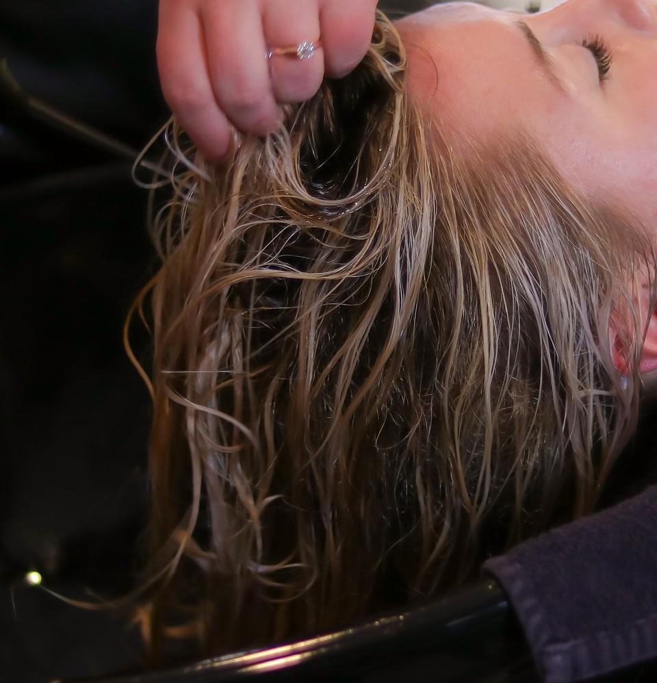 横浜反町美容院ユメユイの髪と頭皮に優しい薬剤塗布画像